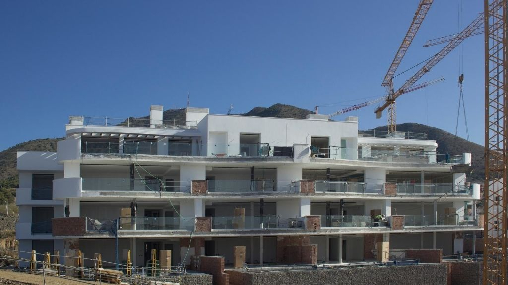 Phase III - 2020 08 Installing glass on the terraces in blocks 37 and 38