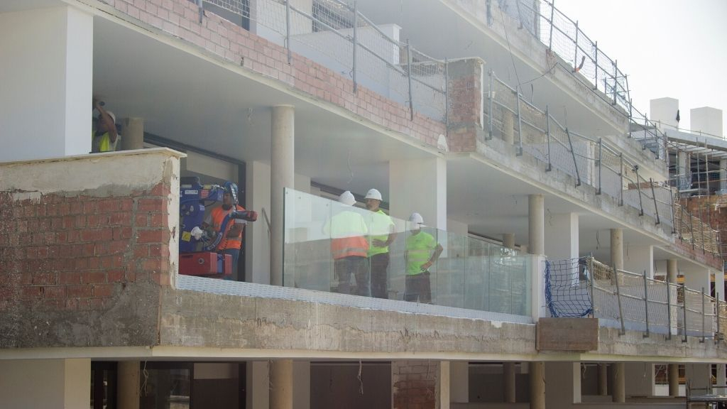 Phase II - 2020 10 Glass balustrades are installed on the terraces in Phase II