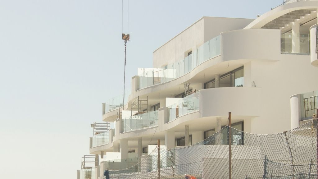 Phase III - 2020 11 Glass balustrades are installed in Phase III Blocks 33 and 34