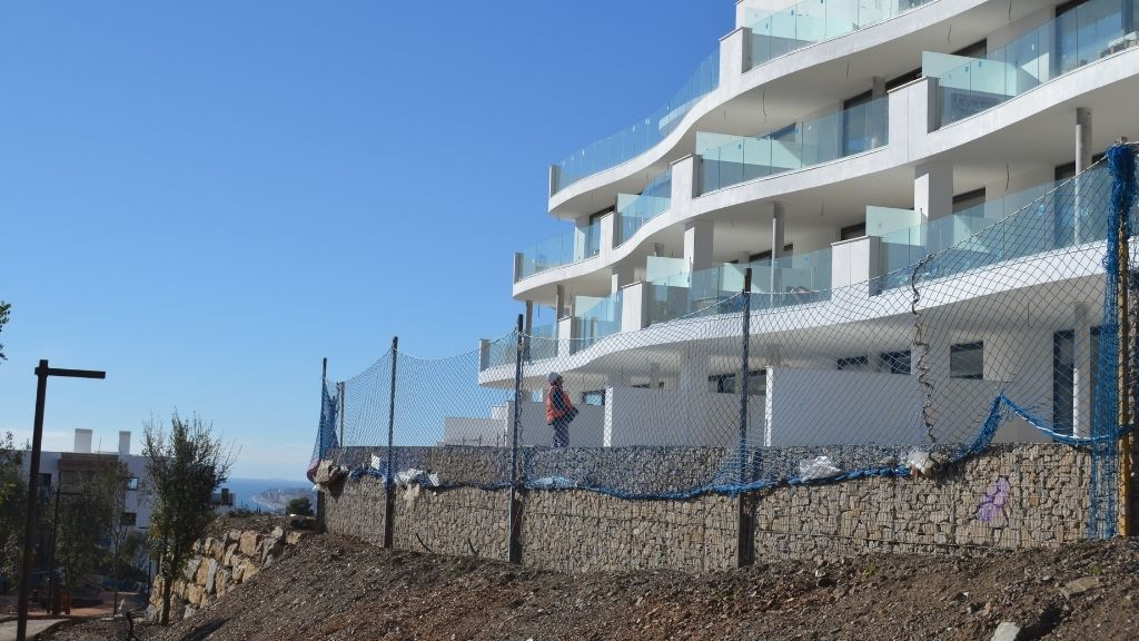 Phase III - 2020 12 Glass balustrades now installed on the terraces of Blocks 33 and 34