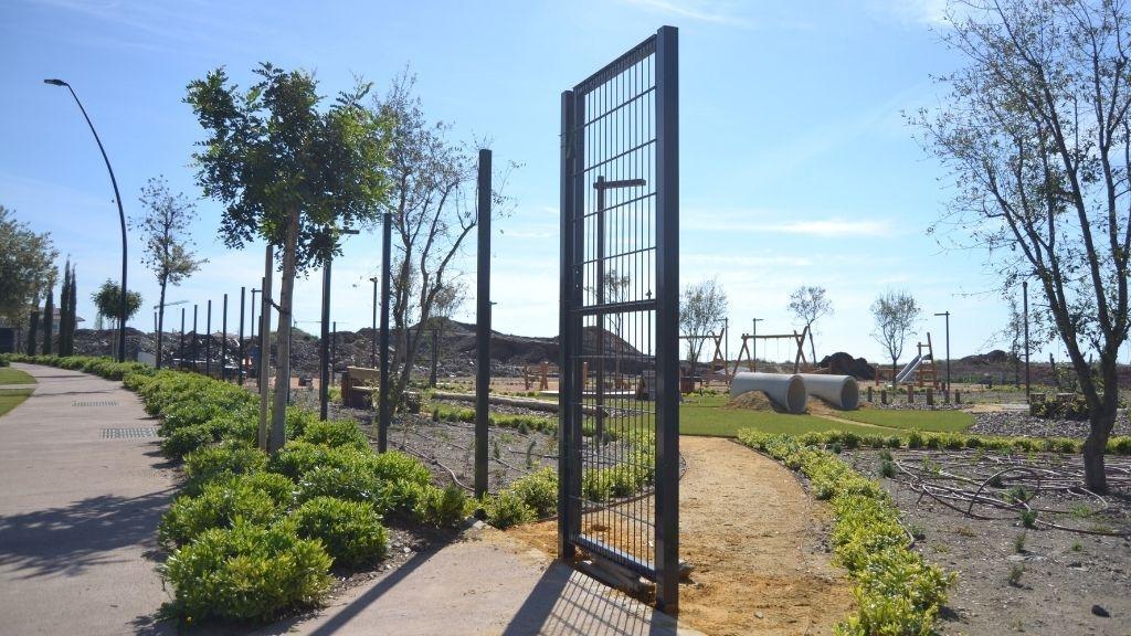 Urbanisation - 2021 04 Preparing to install the fence around the Pet Park