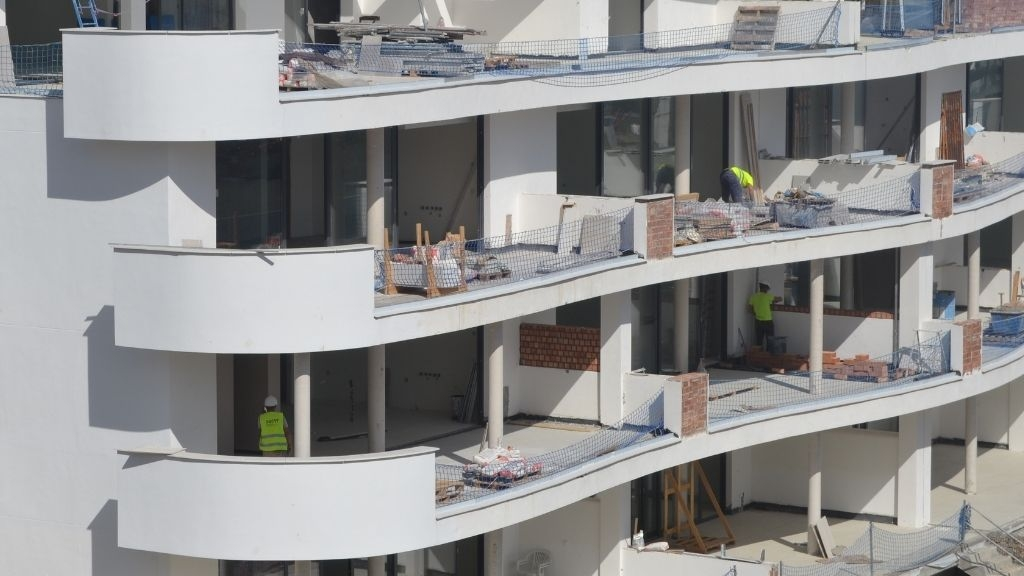 Phase V - 2021 05 Building dividing walls on the terraces between apartments in Block 52