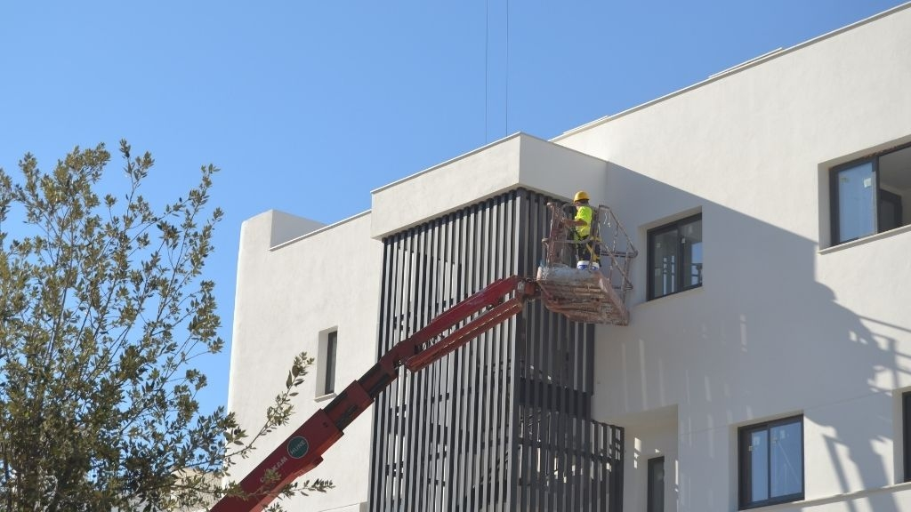 Phase V - 2021 07 Finishing touches to the stairwell grills in Block 58