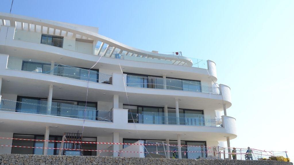 Phase V - 2021 09 Glass balustrades being installed in Block 56 Phase V