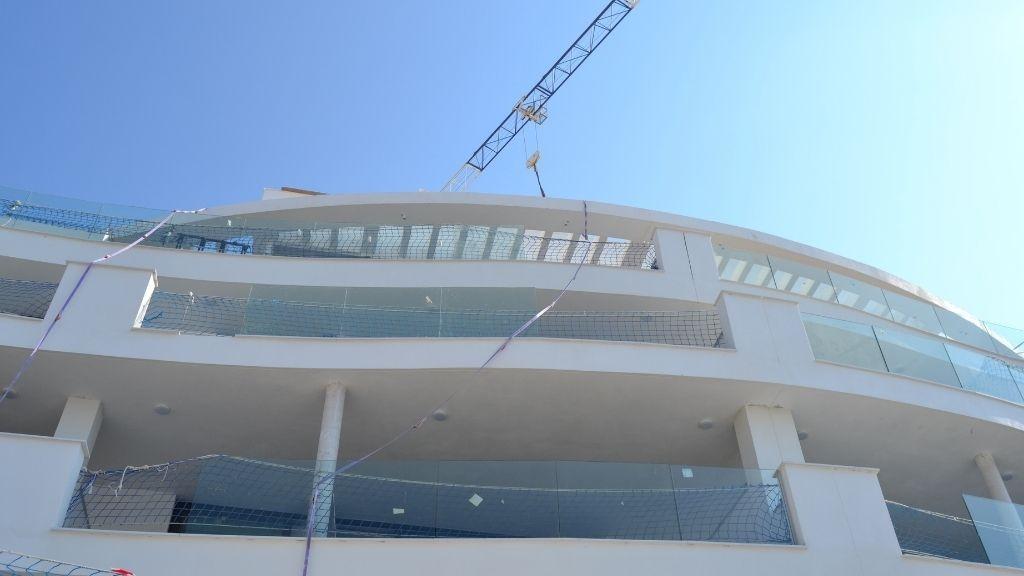 Phase V - 2021 09 Installing glass balustrades in Block 57 Phase V